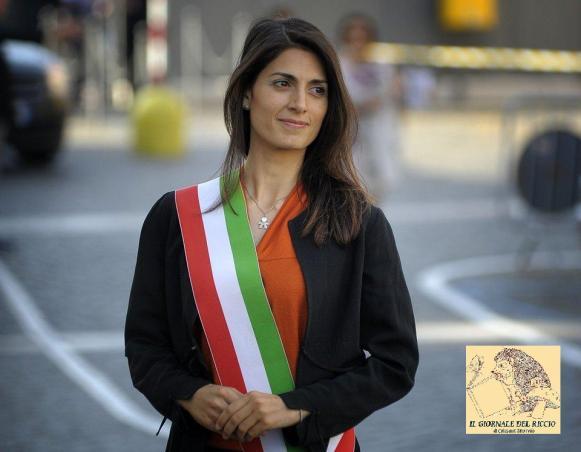 Il sindaco Virginia Raggi per la prima volta indossa la fascia tricolore.