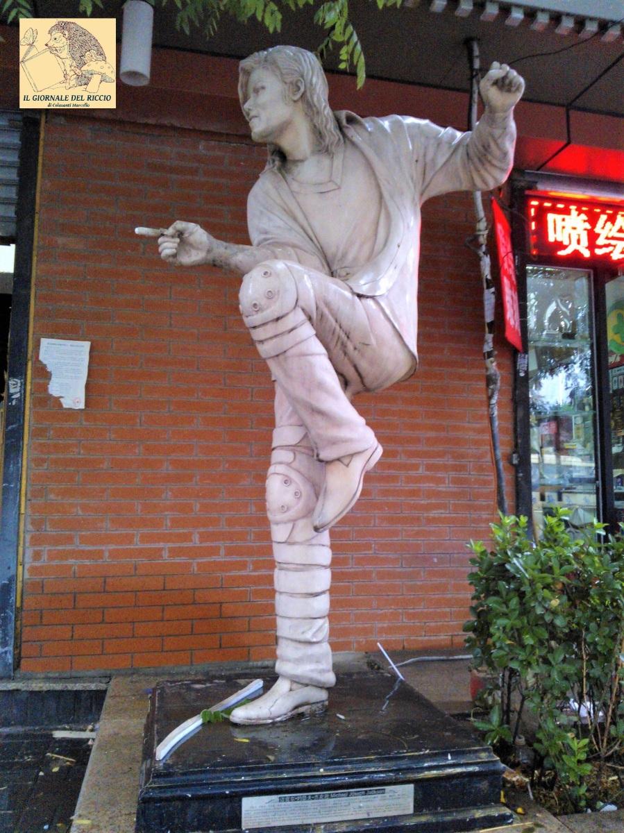 La statua di Michael Jackson a Pechino (Beijing). - CURIOSITA' DI VIAGGIO