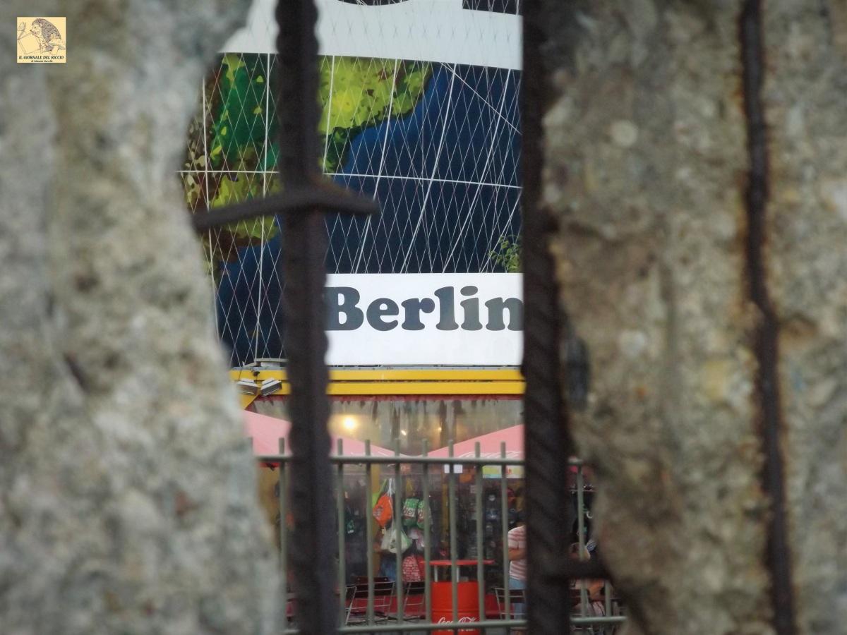 """""""Voi ci vedevate chiusi dentro un muro, ma da questa parte, noi vedevamo chiusi dentro voi…"""". Al di là del Muro di Berlino. (Con il discorso-difesa di Erich Honecker)"""