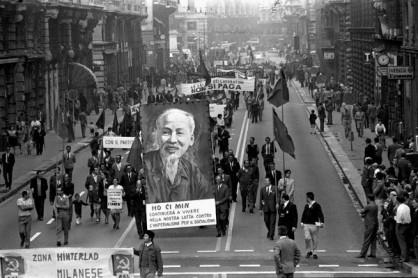 MANIFESTAZIONE DI MILITANTI DEL PARTITO COMUNISTA PCI PER LA MORTE DI HO CI MIN ANNO 1969